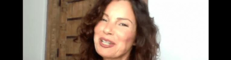 VIDEO: Fran Drescher conduce un cabaret virtuale di beneficenza con le star
